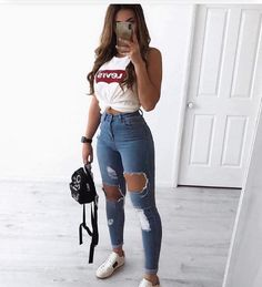 30 Jeans Tendance Qui Vont Vous Faire Craquer 30 Trendy Jeans That Will Make You Crack Outfit Jeans, Jeans Shoes, Cute Ripped Jeans Outfit, Ripped Jeans For Girls, Light Jeans Outfit, Ripped Jeans Look, Mom Jeans, Jeans Outfit Summer, Comfy Outfit