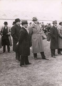 Kristinebergs Idrottsplats invigs. Män i överrock och hatt lyssnar på invigningstalet. 25 maj 1933.