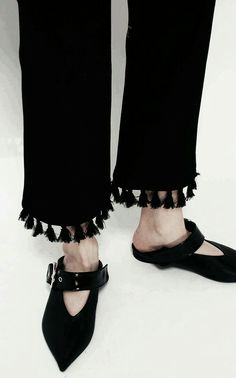 Mules with fold-down backs have trickled down from Céline's babouches to Zara and Everlane—and the smushed-heel trend is driving me nuts. Fashion Details, Fashion Design, Fashion Trends, Mode Shoes, Diy Mode, Fashion Looks, Dope Fashion, Style Fashion, Pants Pattern