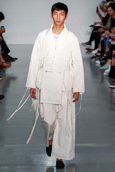 The complete Craig Green Spring 2016 Menswear fashion show now on Vogue Runway. Uni Fashion, London Fashion, Fashion Show, Fashion Design, Fashion Spring, Fashion Men, Vogue Paris, Craig Green, Male Fashion Trends