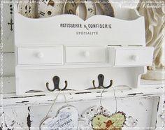Ein Regal / Küchenregal / Wandregal mit einem schönen Vintage-Motiv. Das Regal ist hellcreme-weiß lackiert und im Shabby-Stil angeschliffen. Die Konso