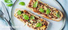 Lekkere lunch of simpele maaltijd: gegratineerde stokbroodjes met gehakt en groenten