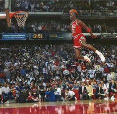 1988 NBA Slam Dunk Contest - Michael Jordan vs Dominique Wilkins Remember This Y'all Michael Jordan Basketball, Michael Jordan Art, Michael Jordan Pictures, Jordan 23, Michael Jordan Dunk Contest, Paris Jordan, Michael Jordan Slam Dunk, Nba Players, Basketball Players