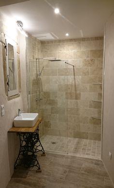 Création d'une salle d'eau dans une de mes chambres. Douche à l'italienne en Travertin. Vasque posée sur une ancienne machine à coudre PFAFF. Armoire de toilette créée dans une ancienne fenêtre en pierres.
