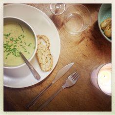 Aujourd'hui pour le déjeuner, c'est soupe verte, pain grillé et poulet fermier!  On sait se faire plaisir chez Maison Gaja!   Bon appétit!