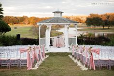 Beautiful setting for a spring wedding. The little touch of pink really makes this beautiful.