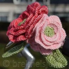 I'm glad to have found this unique crochet slippers that you can make even as a gift to your friends, relatives and loved ones. Crochet Puff Flower, Crochet Flower Patterns, Crochet Designs, Crochet Flowers, Crochet Home, Diy Crochet, Baby Hoodie, Pretty In Pink, Crochet Decoration