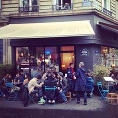 Virkelig afslappet og god kaffebar. Mange unge og hippe kommer her for at arbejde på deres Macs og drikke kaffe. Der bliver serveret den bedste kaffe i Paris (efter min mening), og det kan godt være svært at finde de gode kaffesteder. Stedet leverer også alle tiders kager og sandwichs.