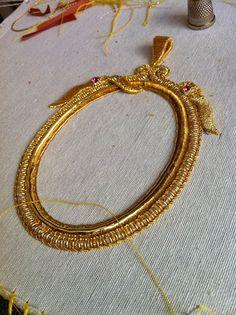 Bildergebnis für bordado en oro paso a paso Tambour Embroidery, Silk Ribbon Embroidery, Beaded Embroidery, Embroidery Stitches, Embroidery Patterns, Crazy Quilting, Lesage, Passementerie, Gold Work