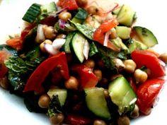 Ponemos el pepino, los tomates la cebolla y el pimiento rojo en un bol. Agregamos la menta fresca. Aliñamos con aceite de oliva y sal - Receta Entrante : Ensalada de hortalizas con garbanzos a la menta por Javier zgz