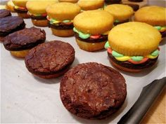 Pardon My Crumbs: The Perfect BBQ Dessert: Cupcake Burgers! Bbq Deserts, Mini Desserts, Dessert Recipes, Today Is My Birthday, Burgers, Sweet Tooth, Cooking Recipes, Snacks, Eat