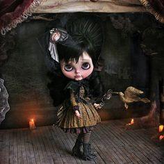 Lorraine, my new work 🎃❤ adopted #lorraine #dollstargram #doll #blythe #blythecustom #blythedoll #artwork #art #unique  #handmade #original #tale #night #vampire #nightmare #dreams #gold #hummingbird #rebecacanodolls #rebecacano #cookiedolls #heart #bloodyheart #blood #heart #rose #victorian #gotic #halloween #naturallight #cofin