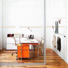 Orange is the new ... workspace eye-catcher. – Mit diesem orangen Möbel wird dein Büro zum kleinen Sonnenschein! #USMhaller #usmmodularfurniture #orangeisthenewblack | bestswiss.ch
