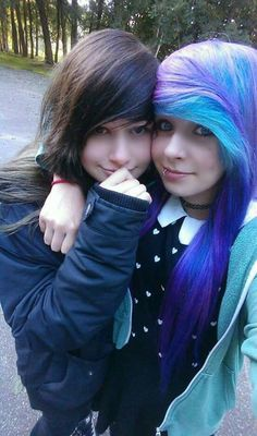 What are guys opinions on emo girls would a casual guy date Brown Scene Hair, Emo Scene Hair, Emo Hair, Curly Hair, Cute Scene Girls, Cute Emo Girls, Scene Kids, Emo Couples, Cute Lesbian Couples