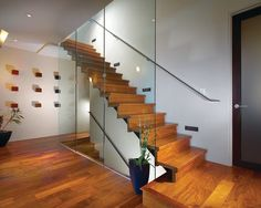 Idée de décoration pour un escalier flottant minimaliste.