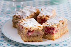 Kokosové řezy s rebarborou a jahodami | Apetitonline.cz Krispie Treats, Rice Krispies, Banana Bread, Cereal, French Toast, Deserts, Muffin, Food And Drink, Sweets