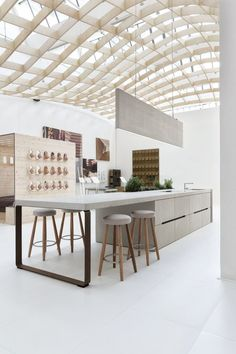 I love Natural lighting so much--my future house will have a room like this, with a glass roof Kitchen Layout, New Kitchen, Kitchen Dining, Dining Table, Interior Design Kitchen, Interior Decorating, Cocinas Kitchen, Boffi, Interior Minimalista