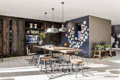 Vtwonen en designbeurs 2015 | Het vtwonen huis • Binti Home Blog | Interieur & lifestyle blog vol stylingtips, DIY's en inspiratie Dinning Table, Kitchen Dining, Dining Room, Exterior Design, Interior And Exterior, Industrial Loft, Style Guides, Cool Designs, Lifestyle