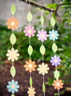 Que tal uma linda cortina de flores para a janela da salinha de aula?   É só imprimir, entrelaçar com o cordão e pendurar ou se preferir fa...