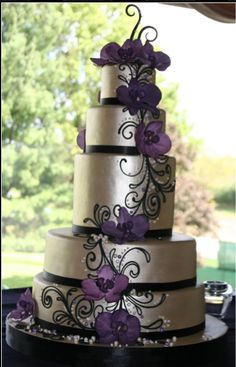 Such a pretty idea for a take on cascading flowers from White Flower Cake Shoppe in Ohiohttp://whiteflowercake.com/wp/