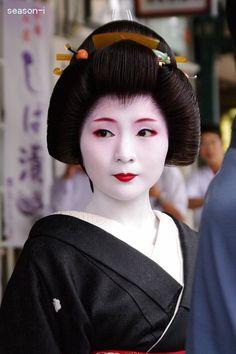 まめ春 Japanese Geisha, Japanese Beauty, Japanese Kimono, Kabuki Costume, Memoirs Of A Geisha, Beautiful Japanese Girl, Geisha Art, Traditional Japanese Art, Kanazawa
