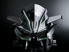 狂気の300馬力:乗り手を選ぶカワサキのスーパーバイク « WIRED.jp H2R専用設計のスーパーチャージャーを担当したのは、川崎重工のガスタービン・機械カンパニーだ(同社は社内カンパニー制を採る)。毎分の回転数が10万の桁に達する速度で滑らかに回転するインペラーが必要とされるとき、ジェットエンジンに精通した人々にエンジニアリングを任せられるのは、心強いことに違いない。また、時速320kmを超えるマシンにとって重要なファクターとなるエアロダイナミクスには、同社の航空宇宙カンパニーも参加した。