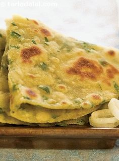 Hariyali tofu rotis, bored of eating chapatis and parathas everyday? don't worry, here's an interesting variation to the everyday indian bread. Spinach and fenugreek add colour and flavour, while whole wheat flour and tofu add to the protein content. Paratha Recipes, Paneer Recipes, Tofu Recipes, Vegetable Recipes, Indian Food Recipes, Cooking Recipes, Protein Recipes, Meal Recipes, Vegetarian Recipes