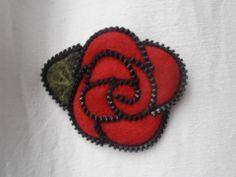 Broche La Rose Rouge de laine et fermeture éclair : Broche par oksafelt