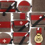Wir lieben unsere schöne Schweiz und demonstrieren das mit diesen coolen «Swiss Mountain Händ Bägs», die zu 100% in unserem Land hergestellt werden. Sie fühlen sich angenehm weich an, denn sie bestehen aus recycelten Decken vom Militär und leisten dadurch einen wertvollen Beitrag zum Thema Wiederverwertung. Natürlich in bewährter Schweizer Qualität und im Swiss Style hergestellt, sorgen sie für lang anhaltendes Tragevergnügen ohne Kompromisse – eben Made in Switzerland!