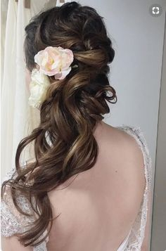 Wedding Hair Down 20 Killer Swept-Back Wedding Hairstyles - MODwedding - Check out these completely romantic and beautiful wedding hairstyles! With a curling wand and some pins it seems so effortless to pull back your locks into an elegantly messy up-do. Rustic Wedding Hairstyles, Wedding Hairstyles For Long Hair, Bridal Hairstyles, Short Hair, Wedding Hair Half, Wedding Hair And Makeup, Wedding Updo, Bridesmaid Hair Updo, Prom Hair