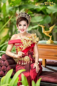 khmer wedding costume Cambodian Wedding, Khmer Wedding, Traditional Wedding Dresses, Traditional Outfits, Traditional Weddings, Blouse Styles, Blouse Designs, Thailand Outfit, Wedding Costumes