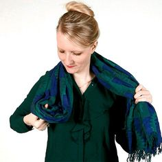 Always wear your scarf the same way? Change up your look with these five different ways to tie a scarf that your outfits will thank you for. Scarf: Theodora and Callum/