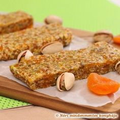 Pistachos & apricot home-made energy bars (added sugar-, and gluten-free) – Nora's Ingenious Cooking Nóri's ingenious cooking: Pistachos & apricot home-made energy bars (added sugar-, and gluten-free) Healthy Fruits, Healthy Snacks, Chocolate Lasagne, Gluten Free Muesli, My Favorite Food, Favorite Recipes, Granola Cookies, Muesli Bars, Homemade Granola Bars