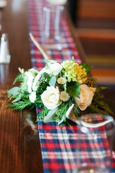 Love the plaid table runner paired with the green and white rose centerpiece for a winter Lake Tahoe wedding! | TréCreative Film&Photo