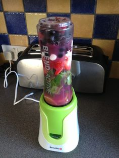 3 strawberries  1 spoon of 0% fat Greek yoghurt 2 handfuls of baby spinach  2 handfuls of frozen berries  1 tangerine  500ml water