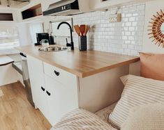 Are you looking for DIY caravan renovation inspiration? We've got a list of fabulous vintage caravan renovations that will delight you! Best Caravan, Diy Caravan, Caravan Living, Caravan Decor, Retro Caravan, Caravan Ideas, Bus Living, Camper Ideas, Tiny Living