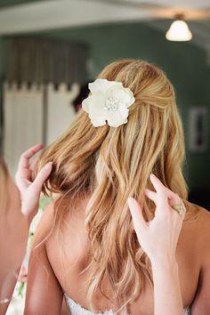 Pelo suelto con una flor #novias / Loose hair with a flower #brides