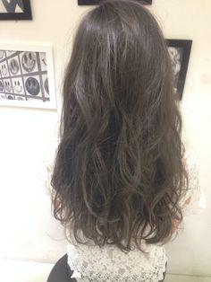 染めて色落ちを待つだけの髪色はもったいない。色落ちも楽しめるスケルトングレーはいかがですか?透明感のあるスケルトングレーは夏にぴったりのヘアカラーです。色落ちしてもかわいいスケルトングレーをご紹介します。ダークトーンでも重くないスケルトングレーを楽しみましょう。