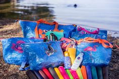 🐳 🐟 🐢 🐊 🦀 🦑 🐳 🐟 🐢 🐊 🦀 🦑  Du brauchst noch ne schicke Tasche für in die Badi? Warum nicht selber machen aus den praktischen Ikea-Taschen (gibts übrigens bei uns online zu bestellen - pssst!). In unserem Blog findest du eine tolle Anleitung dazu und einige tolle Applikationsmotive. Nerf, Ikea, Blog, Inspiration, Zipper Bags, Contrast Color, Amazing, Diy, Tutorials