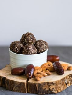Just make delicious energy balls yourself- Leckere Energiebällchen einfach selber machen No need to consume these sweets without a guilty conscience. Kayla Itsines shows us how we do it without regret - Low Carb Sweets, Vegan Sweets, Low Carb Desserts, Healthy Desserts, Raw Food Recipes, Snack Recipes, Healthy Smoothie, Smoothie Recipes, Maca Superfood