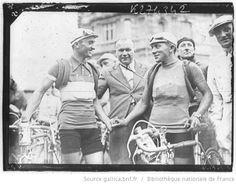 Tour de France 1936, 3e étape Charleville-Metz le 09 juillet : Charleville, le maillot jaune Maurice Archambaud (à dr., équipe de France) serre la main de Decimo Bettini (Touristes routiers)
