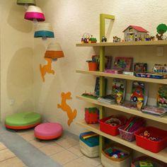 Ludoteca. Algreca. Niños. Mobiliario. Madera. Colores. Repisas. Juguetes.