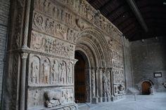 Monestir de Ripoll (Ripoll, Catalunya). https://upload.wikimedia.org/wikipedia/commons/4/49/Portalada_rom%C3%A0nica_del_Monestir_de_Ripoll.jpg
