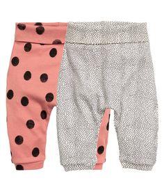 13e Sieh's dir an! CONSCIOUS. Leggings aus weichem Bio-Baumwolljersey mit Musterdruck. Modell mit breitem Umschlagbund und schmalen Beinbündchen. – Unter hm.com gibt's noch viel mehr.