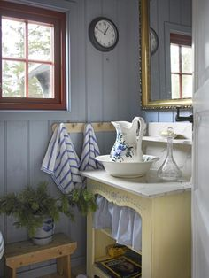 ideas for bath room sink bowl shabby chic Yellow Cottage, Old Cottage, Shabby Cottage, Cottage Living, Cottage Style, Cottage Homes, Cottage Bath, Swedish Cottage, Country Interior