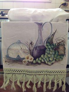 Pintura em tecido com barrado de crochê. Trabalho bem antigo.