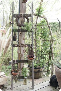 Alte Holzleiter zum aufhängen von Blumen und Pflanzen. Osterdeko, Frühlingsdeko, DIY Deko, Blumendeko
