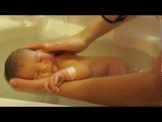 ▶ Dom de saber dar amor, no tempo do outro. -  YouTube O baño como momento de relación privilexiada entre a crianza e a persoa coidadora.