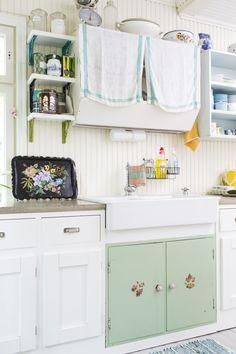 Kika sanoo, että kaikkien keittiön kaapiston ovien pitäisi olla samanlaisia? Mix different doors in kitchen cupboards.| Unelmien Talo&Koti Kuva: Hanne Manelius Toimittaja: Ilona Pietiläinen