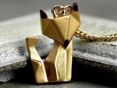 Origami Fuchs Kette handvergoldetSüßer Fuchs im Origami Stil  Er wird auf der Vorderseite von uns von Hand vergoldet - so entsteht ein plastischer warmer Ton. Zum Abschluß bekommt er noch braune Ohrenspitzen und Schnauze. Kommt mit passender mittellanger Kette.